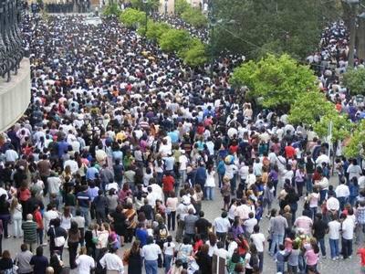 Foto de los fieles en la plaza durante la Procesión del Señor y la Virgen del Milagro en Salta Capital.