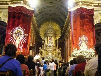 Foto de las imágenes del Señor y La Virgen del Milagro dentro de la Catedral de Salta.