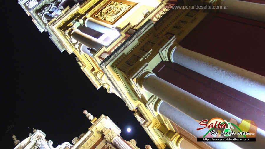 Foto de la arquitectura de la iglesia San Francisco resaltada por las luces y sombras, Salta