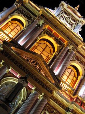 Foto de la Arquitectura iluminada de la iglesia San Francisco, Salta.