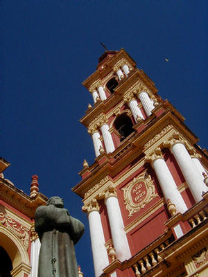 Foto de la Imponente altura del campanario, Salta.