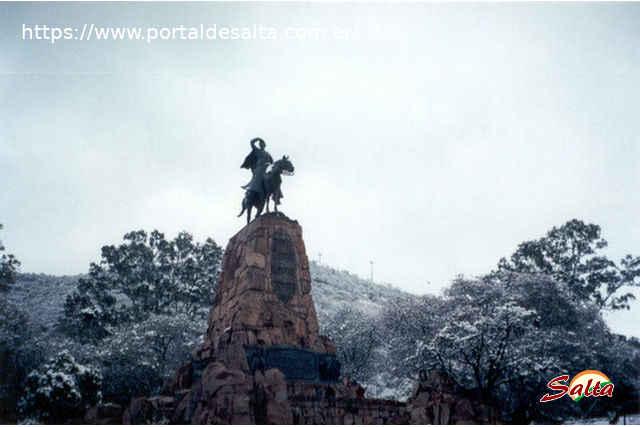 Foto del Monumento a Güemes bajo el manto blanco de la nieve.
