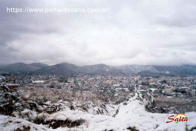 Foto de la ciudad de Salta bajo una nube densa y blanca desde el Barrio Grand Bourg.