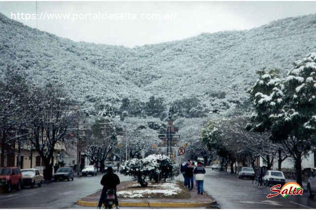 Foto del pie del cerro San Bernardo cubierto de nieve, Salta