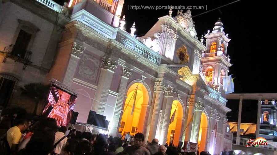 Foto de la Catedral Basílica iluminada en Milagro.