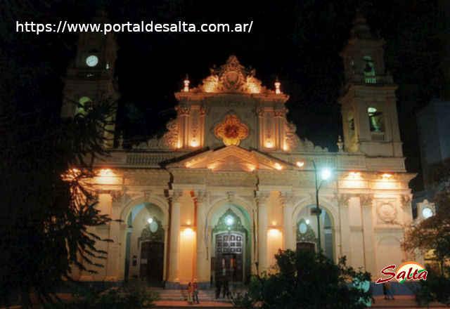 Foto de la frente de la Catedral con pocas luces.