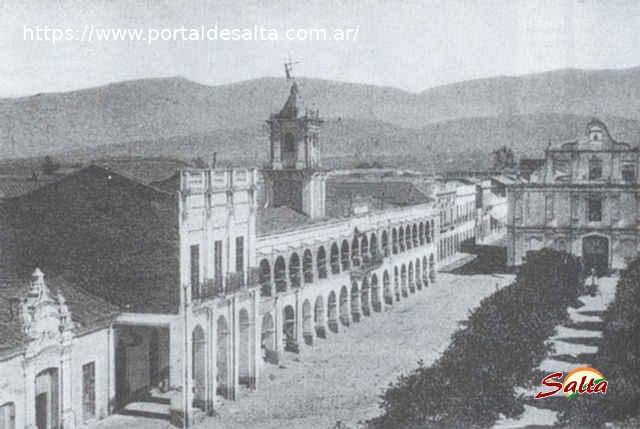 Foto de la plaza 9 de Julio, el Cabildo y la Iglesia Matríz, Salta.