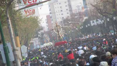 Foto de parte del recorrido de la Procesión del Milagro en Salta Capital.