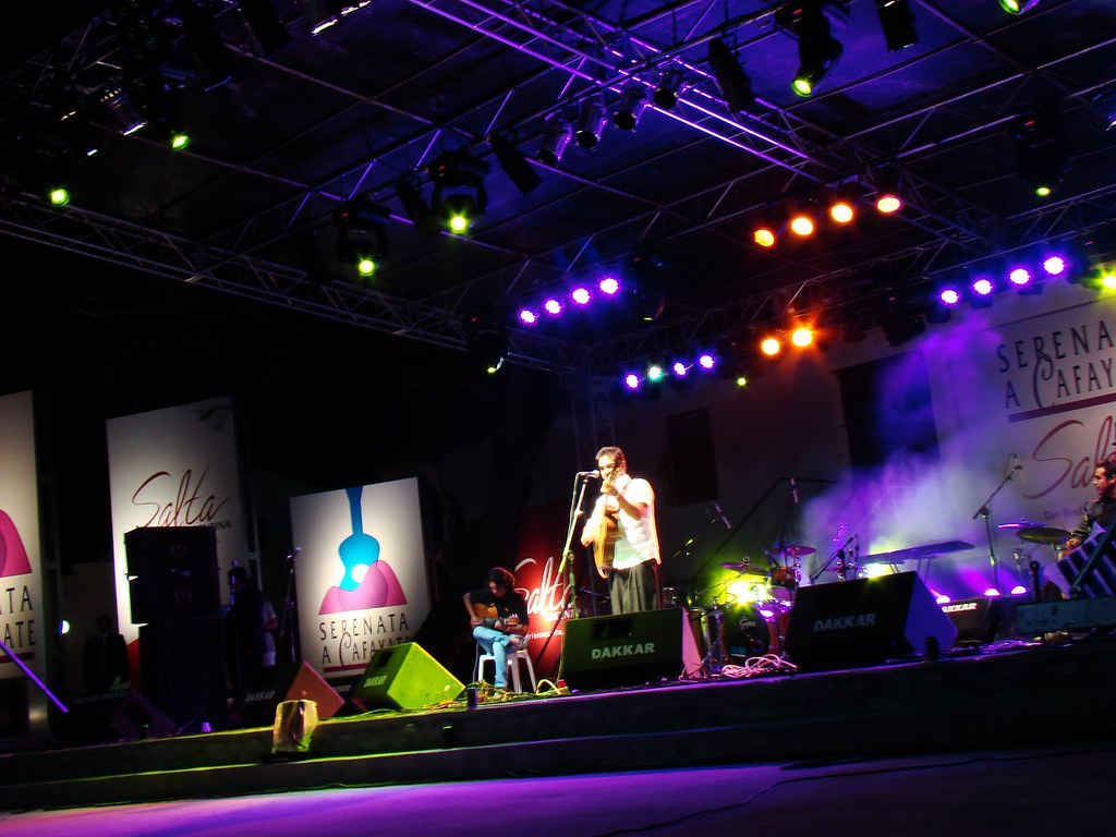Unsplashed imagen de artista en el escenario de la Serenata a Cafayate en Salta