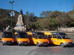 Foto de la flota de vehículos Mercedes Benz en el monumento Salta.